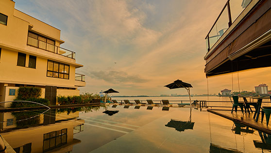 Infinity pool at Xandari boutique heritage hotel Fortkochi